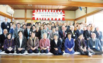 式典後、参加者で記念写真=第四自治会集会所(11/10)
