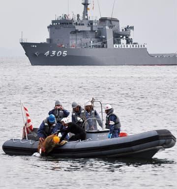 海上自衛隊の船舶による漂流者の救出訓練