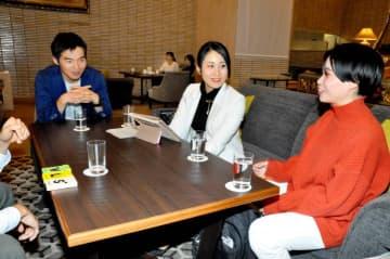 来年1月の出発に向け、愛媛のPRなどを話し合う(左から)平井さん、宇田さん、岡崎さん