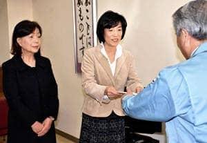 小野教育長に答申内容を手渡す横溝委員長(中央)