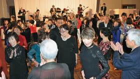 バンド演奏をバックに男女が華やかなステップを見せたダンスパーティー