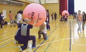 キンボールを楽しむ参加者(提供写真)