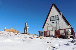 初雪を観測した氷ノ山頂上の山小屋付近=15日午前、養父市