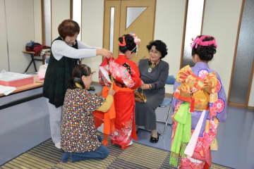 子どもたちの健やかな成長を願いながら着物を着せる宇都宮マロニエライオンズクラブ会員