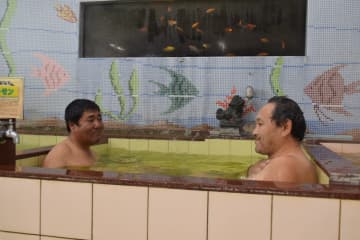 「玉川の湯」の大浴場。なじみ客らが久しぶりに名湯を満喫した=14日午後、栃木市室町