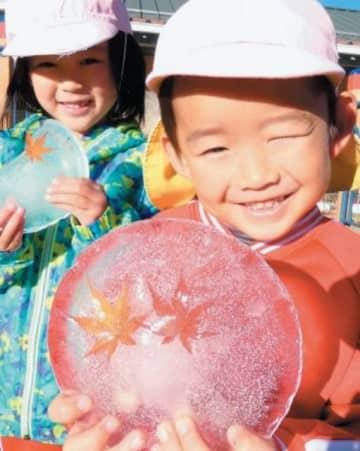 氷を手にする園児=15日午前8時32分、竹田市直入町
