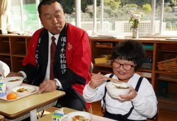 生産者と一緒に備中牛肉を味わう津川小の1年生