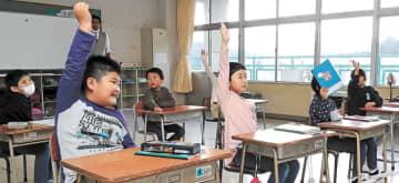 丸森小の教室で学ぶ金山小の児童=12日、丸森町(画像の一部を加工しています)