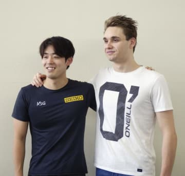 合同練習後、写真撮影に応じる競泳男子の坂井聖人(左)とクリシュトフ・ミラク=15日、福島県郡山市