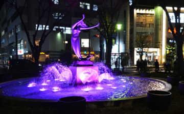 女性への暴力根絶を訴え紫色にライトアップされるJR平塚駅南口広場