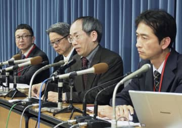 大学入学共通テストの実施延期を求め、記者会見する中京大の大内裕和教授(右から2人目)ら=15日午後、文科省
