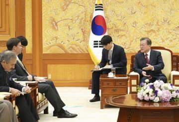 15日、ソウルの大統領府で会談する文在寅大統領(右端)とエスパー米国防長官(左奥)(韓国大統領府提供=共同)