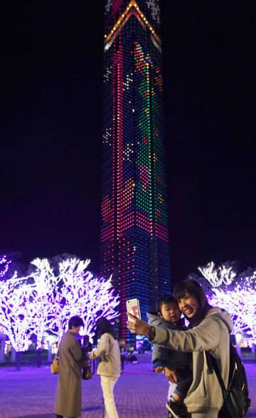 福岡タワー、早くもクリスマス気分 空に光のプレゼント