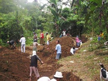 フィリピン・セブ島で地元住民の協力を得て実施された遺骨収集作業=2008年撮影