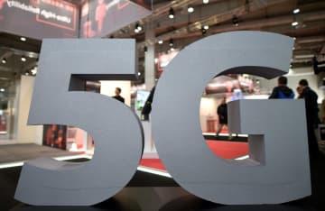 ドイツ・ハノーバーの見本市に表示された5Gのロゴ=3月(ロイター=共同)