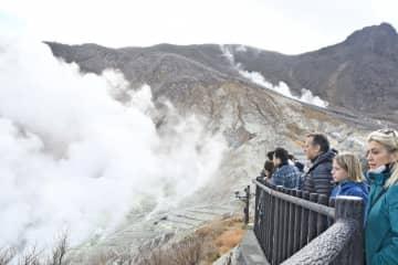 再開初日の大涌谷園地で噴煙を眺める観光客=15日午前11時15分ごろ、箱根町