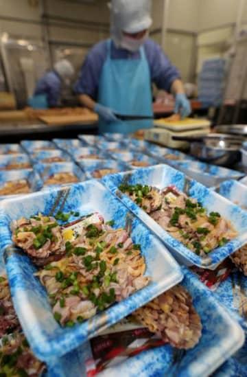 鶏のたたきを加工する「鶏の生食加工業者協議会」の加盟業者。食中毒防止のため調理器具の管理などが徹底されている=15日午後、宮崎市