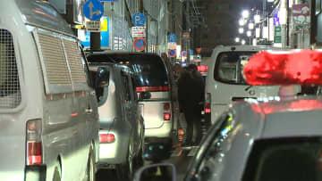 【速報】繁華街で20代女性刺され死亡 男は逃走中