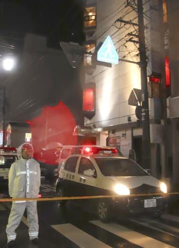 女性が男に刺される事件があったビル(右)=15日午後11時16分、新潟市中央区