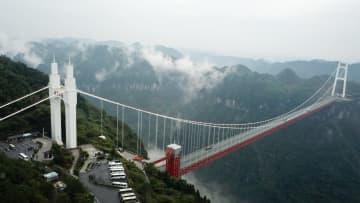 観光客を呼び込む矮寨鎮の特大つり橋 湖南省