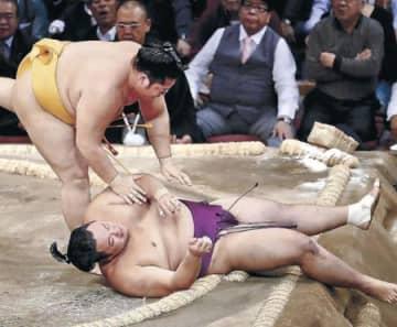 相撲巧者・遠藤が朝乃山下す 九州場所、炎鵬は2敗目