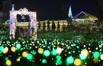 約110万個の電球で彩られた県フラワーパーク=石岡市下青柳、鹿嶋栄寿撮影
