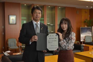 いばらき大使に委嘱された櫻川めぐさん(右)=県庁