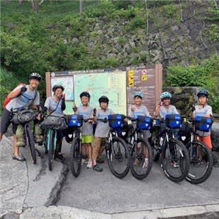 ゴールの富士山に到着した旅の仲間と茂木さん(右から3人目)