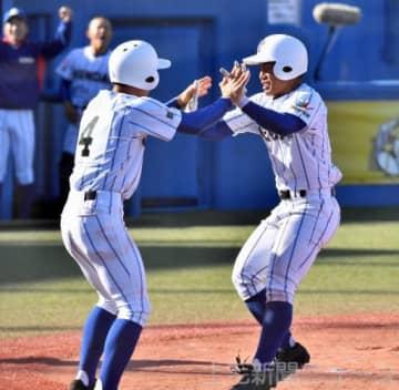 健大高崎-倉敷商 10回表健大無死満塁、左越え満塁本塁打を放ち、仲間と喜ぶ山本(右)=神宮