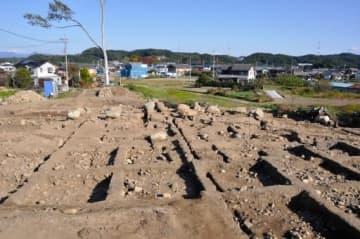 大きな礎石が見つかった正倉跡(高崎市教委提供)