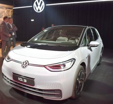 ドイツ東部ツビッカウの工場で生産を始めたフォルクスワーゲンの新型電気自動車「ID.3」