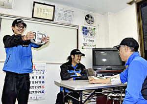 休憩室で血圧測定などを行う社員たち=伊達貨物運送