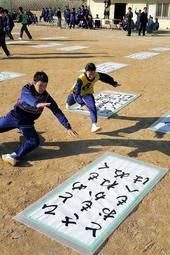中学生が巨大札を取り合った百人一首大会=太子町太田