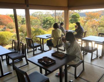 好文亭西塗縁でお茶、菓子の提供の社会実験が始まる。写真は県が8日の準備段階で撮ったイメージ=水戸市常磐町