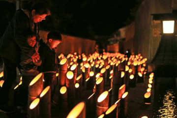 城下町を幻想的に彩る竹灯籠の明かり=15日夜、竹田市