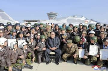 北朝鮮・元山の葛麻飛行場で戦闘飛行術競技大会を視察した金正恩朝鮮労働党委員長(中央)。朝鮮中央通信が16日報じた(朝鮮通信=共同)