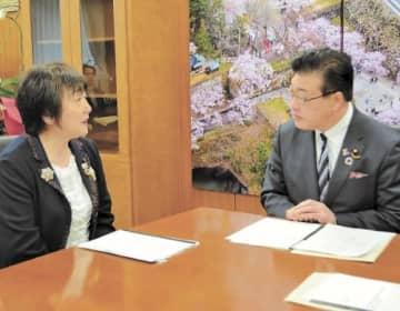 菅家副大臣(右)に要望する郡市長