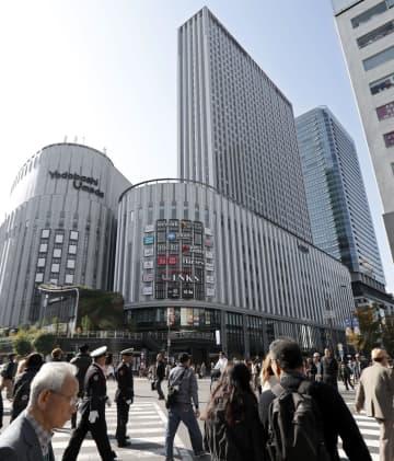 開業したヨドバシホールディングスの商業施設「リンクスウメダ」=16日午前、大阪市