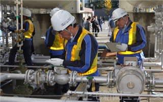 配管の安全を確認する日東燃料工業の従業員