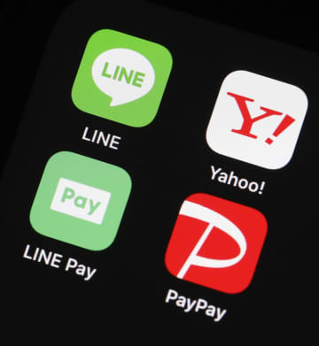 スマートフォン用アプリケーションのアイコン。左上から時計回りに「LINE」、「ヤフー」、スマホ決済のサービス「ペイペイ」、「LINEペイ」