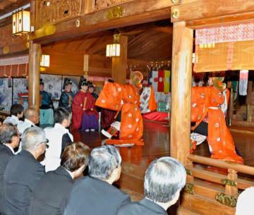 優雅な「万歳楽」の奉納で大嘗祭を祝った伊予豆比古命神社の奉祝祭=14日夜、松山市居相2丁目