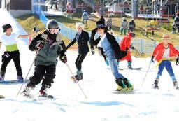 思い思いの衣装で初滑りを楽しむスキーヤーとスノーボーダー=16日午前、六甲山スノーパーク(撮影・斎藤雅志)