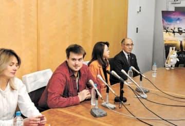 記者会見で映画製作を発表するアレクサンドル監督(左から2人目)やプロデューサーら