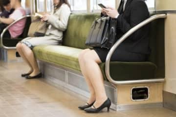 電車の座席から違和感とニオイ 触ってみたら「マジかよ…」