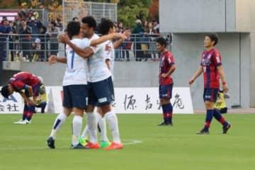 0−1で敗れ、うつむく岡山の選手たち(えんじ色のユニホーム)