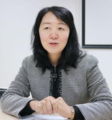インタビューに応じる中国の対外経済貿易大の国際経済研究院の荘ゼイ副院長(共同)