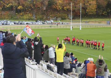 試合後あいさつする釜石シーウェイブスの選手に拍手を送る観客=16日午後、岩手県釜石市の釜石鵜住居復興スタジアム