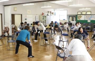 通いの場で体操をする高齢者ら=6月、神奈川県横須賀市