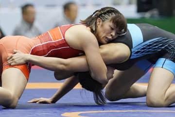 中国選手(右)を攻める川井梨紗子=成田市体育館