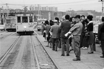 横浜駅前停留所の風景=1965年